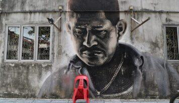 सिंगापूर मध्ये ग्राफिटी काढणार्यांना वेताच्या छडीने फटक्यांची शिक्षा